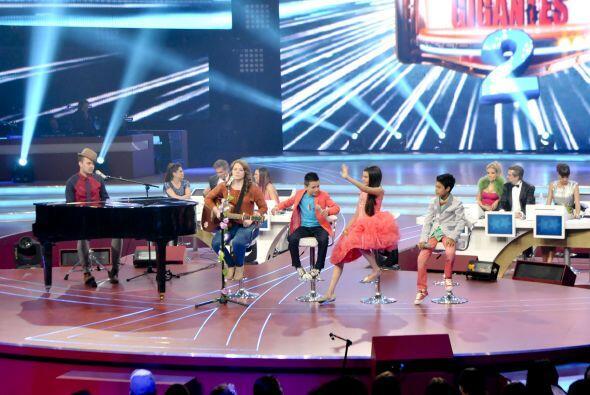 El dueto cantó junto a los tres pequeños finalistas.