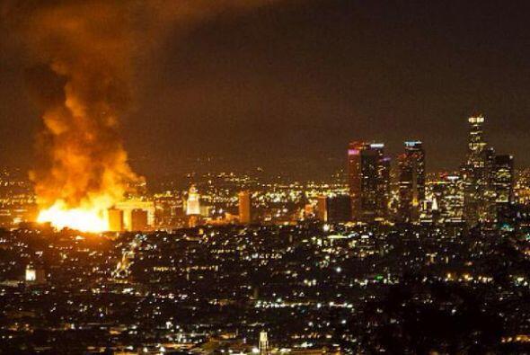El devastador incendio en el Downtown en Los Ángeles generó pánico y cao...