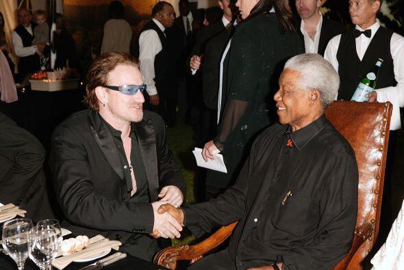 """Bono siguió: """"Mandela puso a su familia, su país, su..."""