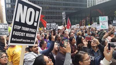 Cientos de manifestantes salen a las calles de Chicago para defender DACA