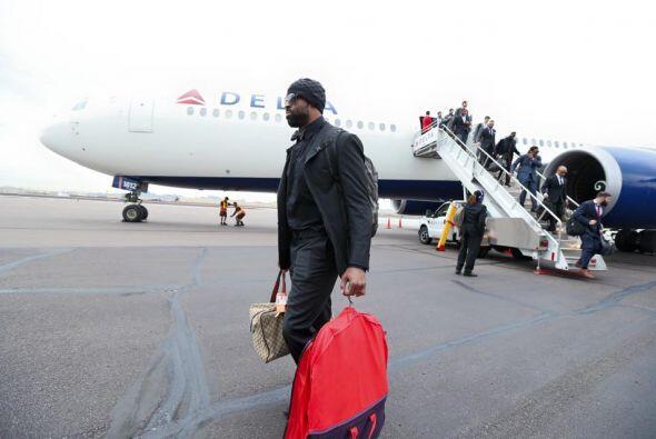 Los demás jugadores fueron descendiendo poco a poco del avión (Foto: Twi...