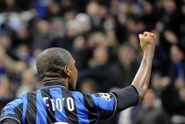 Eto'o marcó un gol y el Inter ganó 2-0 para clasificar a la siguiente fase.