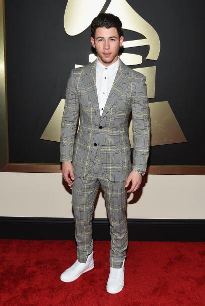 El traje Nick Jonas nos recordó a algunos manteles de mesa que hemos vis...