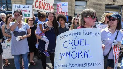 Familias separadas protestan el Día del Padre frente a centros de detención en Nueva Jersey