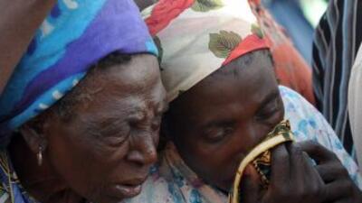 Familiares lloran la muerte de sus seres queridos en Nigeria.