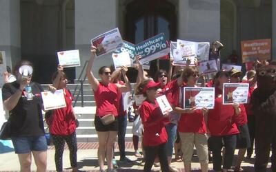 Manifestantes condenan el rechazo a la iniciativa que daría cobertura un...