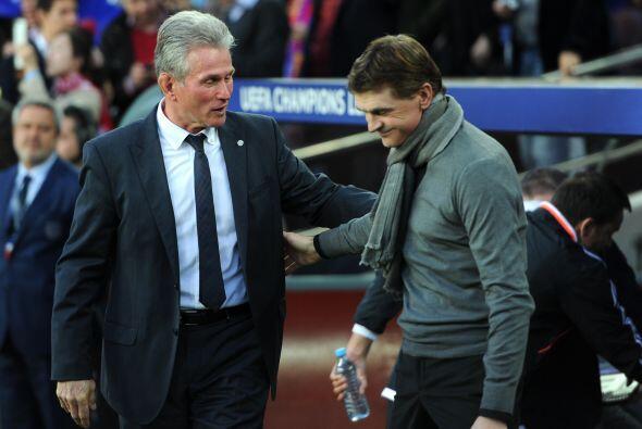 Los entrenadores de los clubes se saludaron previo al juego, demostrando...
