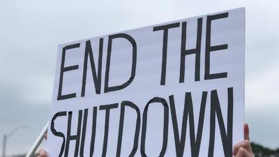 Con pancartas y protestas se manifiestan empleados del gobierno federal
