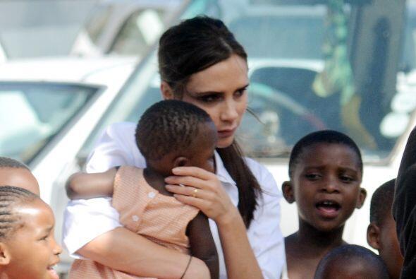 Victoria Beckham haciendo labor de caridad en Africa. Mira aquí los vide...