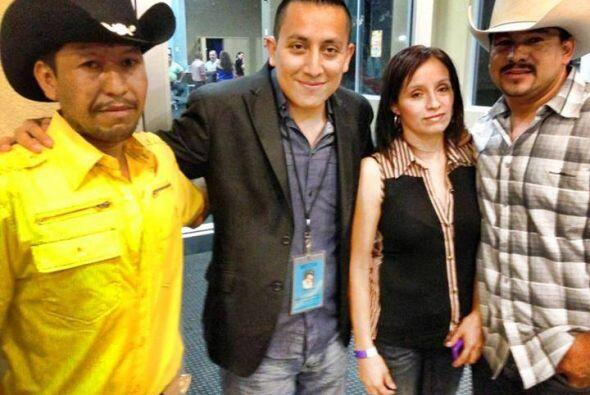 Nuestro DJ Luis el de San Luis no perdió oportunidad para saludar a los...
