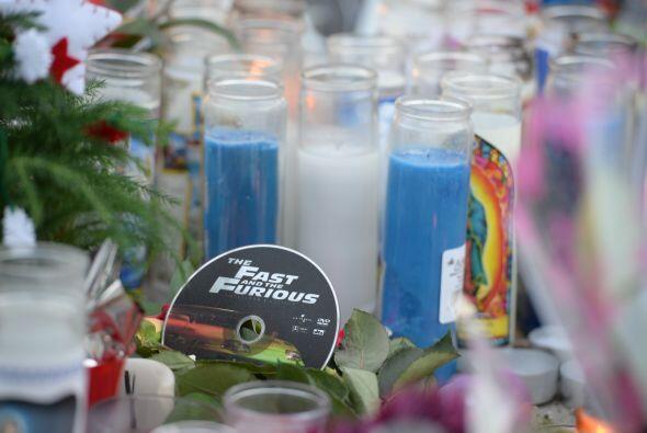 Los fanáticos armaron un pequeño memorial con velas y flores para desped...