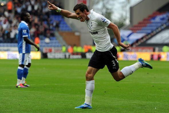 Gareth Bale anotó el segundo de su equipo, el primero fue obra del holan...