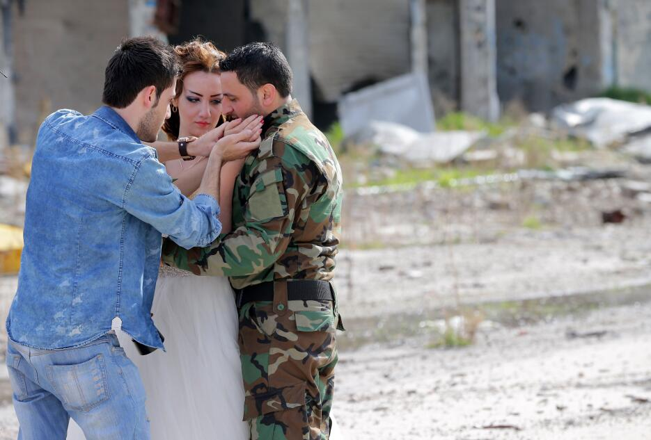 Nada Merhi, de 18 años, y el soldado del ejército sirio Hassan Youssef,...