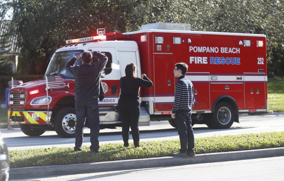 Familiares angustiados esperan cerca de la escuela donde sucedió...