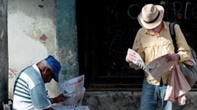 Cubanos leen Granma, el diario oficial.