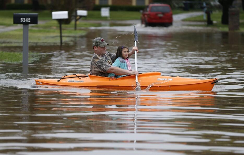 Inundaciones dejan tres miles de evacuados y muertos en el sur