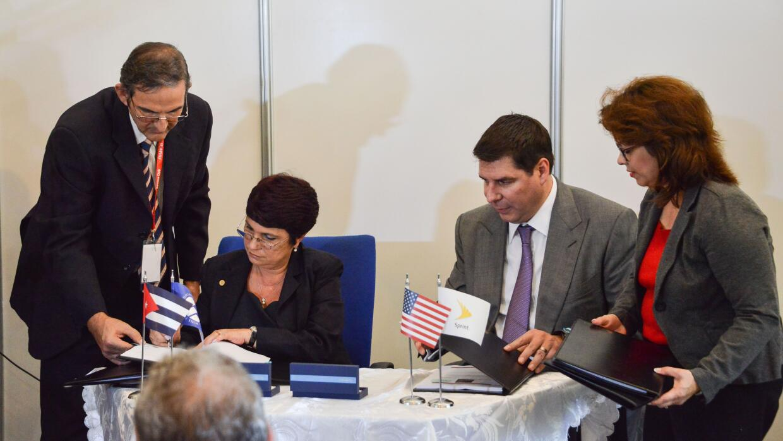 El CEO de Sprint, Marcelo Claure, y la directora de Etecsa, Hilda Arias.