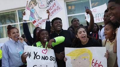 Estudiantes de secundaria y de universidad protestan frente al Ayuntamie...