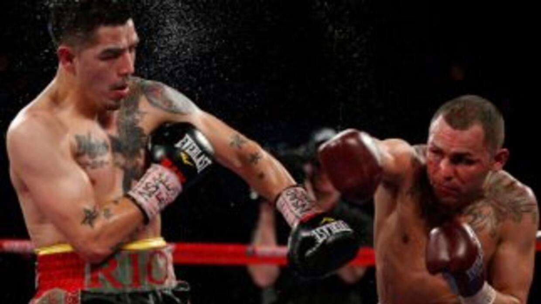 Mike Alvarado venció a Brandon Ríos en una verdadera guerra.
