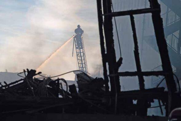Al menos un ala de un edificio de 16 piso cercano al incendio perdió los...