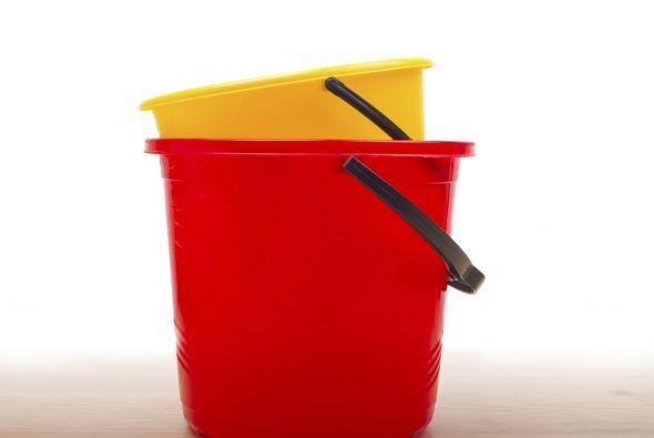 Otros artículos de utilidad son los cubos, elije los de plástico porque...