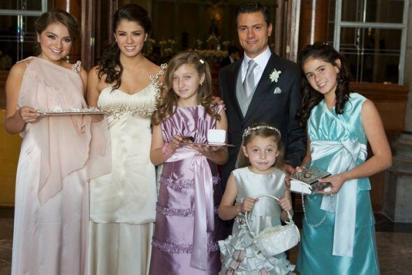 Aquí aparece el gobernador mexiquense con sus madrinas de boda.(Foto tom...