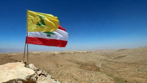 Las banderas del grupo Hezbollah y del Líbano ondean en la fronte...