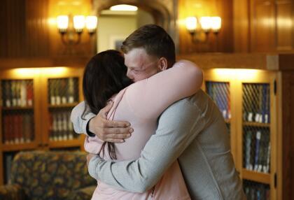 """Ambos se abrazaron al verse. Lilly Ross dice que no sabía qué esperar del encuentro y que estaba """"temerosa de los recuerdos que pudiesen aflorar de su marido""""."""