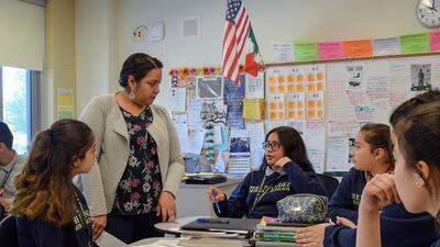Maestra bilingüe Nancy Serrano les da apoyo a los alumnos de inglés en s...