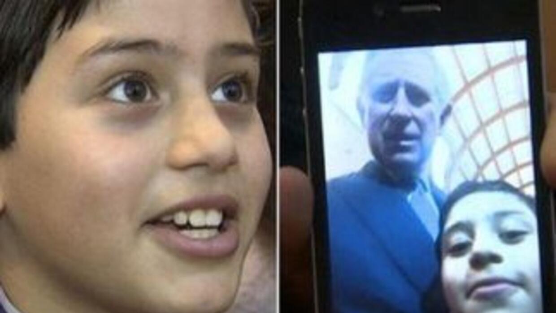 """El menor presume su foto """"selfie"""" con el príncipe Charles. (Fotografía t..."""