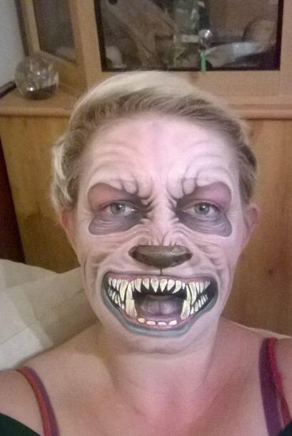 Con maquillaje para el rostro, Nikki Shelley de 33 años, crea monstruos...