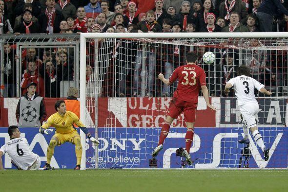La defensa del Basilea no puede contener a Mario Gómez...y el delantero...