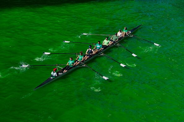 Estos remeros aprovechan para entrenar mientras el río está verde