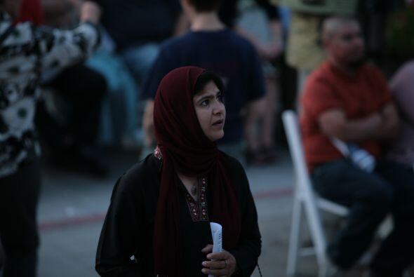 Una mujer musulmana se prepara para participar en la vigilia.