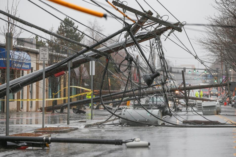 Varios postes de electricidad derribados por las fuertes rachas de vient...