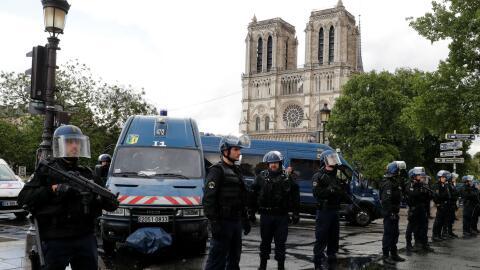 Alerta en París: Un hombre ataca con martillo a un agente cerca de la ca...