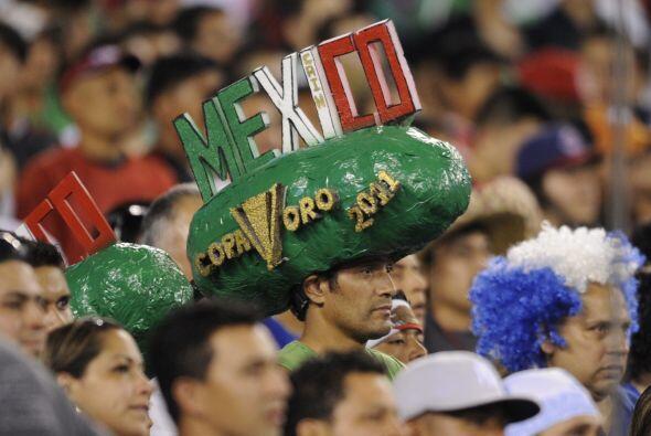 Infaltable, fiel seguidor del `Tri` llevando ese sombrero a todas partes...