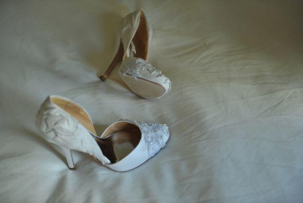 Los zapatos también tienen aplicaciones en cristales de swarovski...