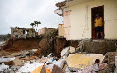 Yamary Morales observa la destrucción que causó María en las casas vecin...