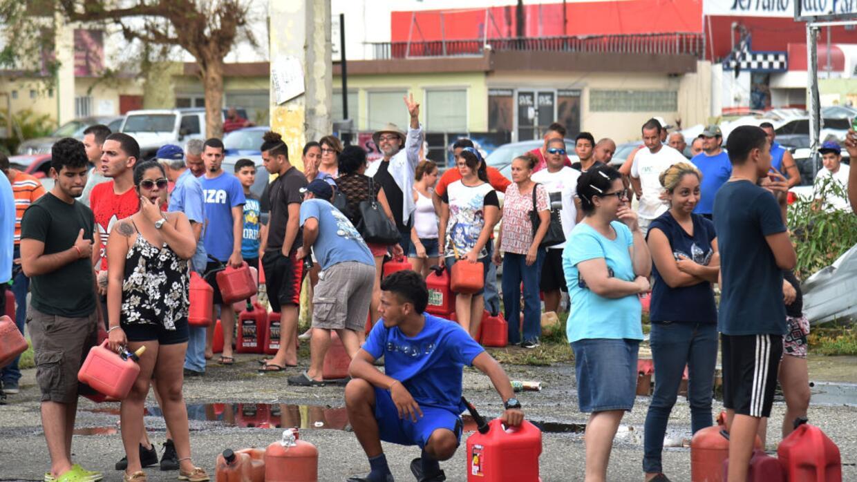 Tras el paso del huracán María, un grupo de personas esperaba comprar ga...