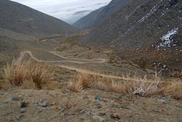 Camino al centro de esquí de El Arpa al noroeste de Santiago.