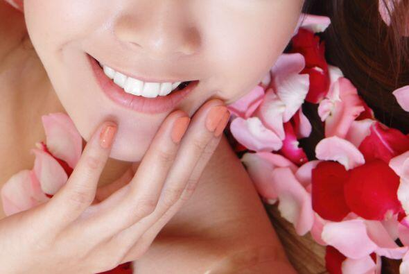 Dale a tu piel un último 'touch' con agua de rosas.