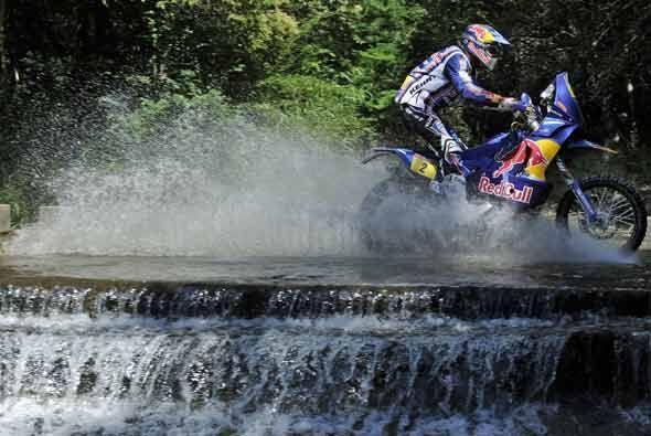 Cyril Despres sí tuvo que utilizar su casco para correr sobre este río c...