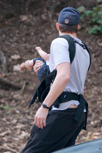 Para que la bebita no llore, él la lleva a correr y respirar aire puro.