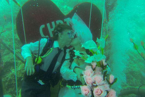 Chris y Janet Wright decidieron casarse bajo las azules olas del mar Índ...