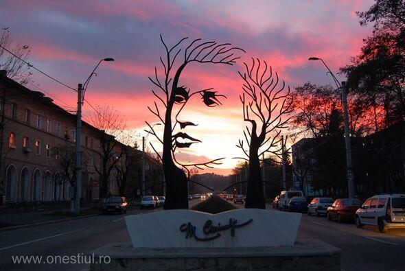 Mihai Eminescu, Onesti (Rumania) - Muy bonito este monumento al poeta.
