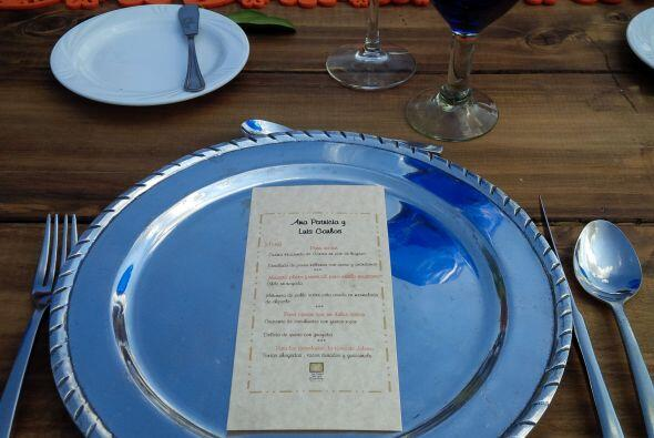 Ya entrados en detalles, así lucen platos, cubiertos, menú, mesa. ¿Listo...