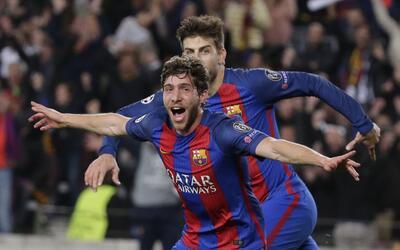 El jugador del Barcelona, Sergi Roberto,festeja tras anotar el sexto gol...