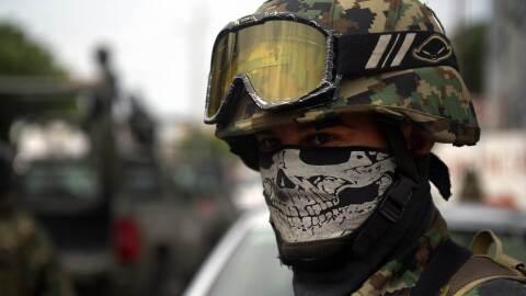 Un soldado mexicano patrulla las calles de Veracruz