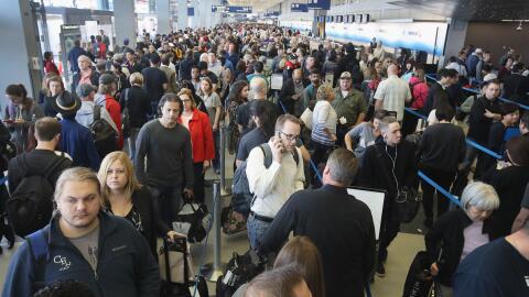Largas filas para pasar por seguridad en el aeropuerto O´Hare